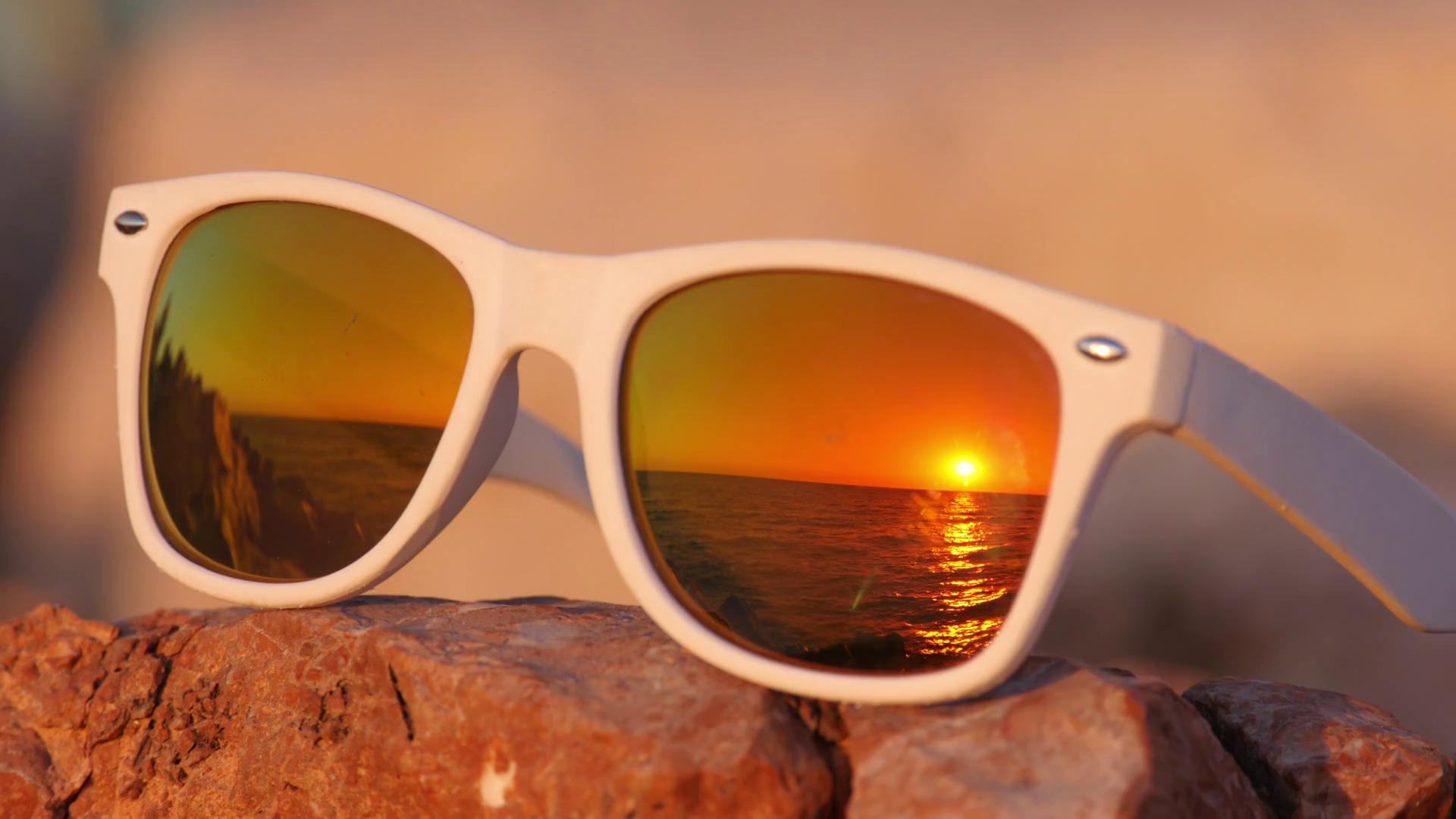 لماذا يجب أن نرتدي النظارات الشمسية أثناء القيادة في النهار؟